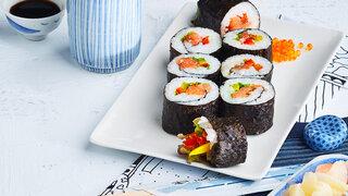 Japanische Küche Gemüsesushi mit Räucherlachs