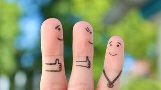 Wie uns Komplimente glücklicher machen Finger bemalt Loben Soziales Symbolisch