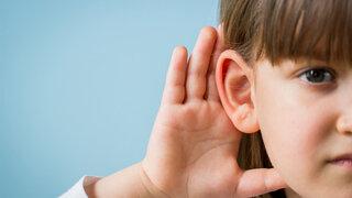 Hörverlust Schwerhörigkeit zuhören Mädchen Offenes Ohr Lauschen
