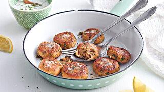 Thunfisch-Frikadellen mit Schnittlauch und Kaperndip