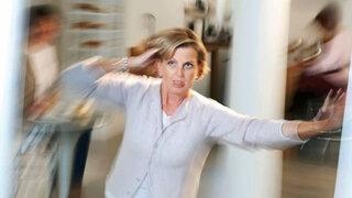 Frau hat Schwindelanfall