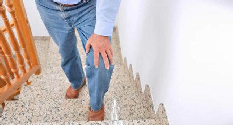 Mann steigt eine Treppe empor
