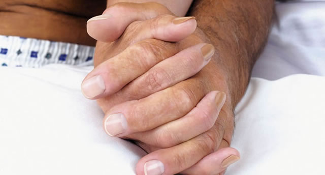Paar hält sich an den Händen