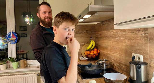 Persönliche Erfahrungen Ernährungswoche Diabetes Essen Küche Familie Junge Vater Naschen Kochen