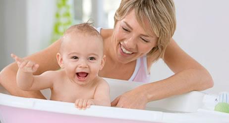 Mutter badet Baby