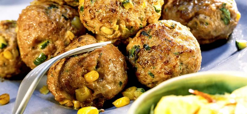 Kleine Fleisch-Gemüse-Frikadellen mit Dips und Salat