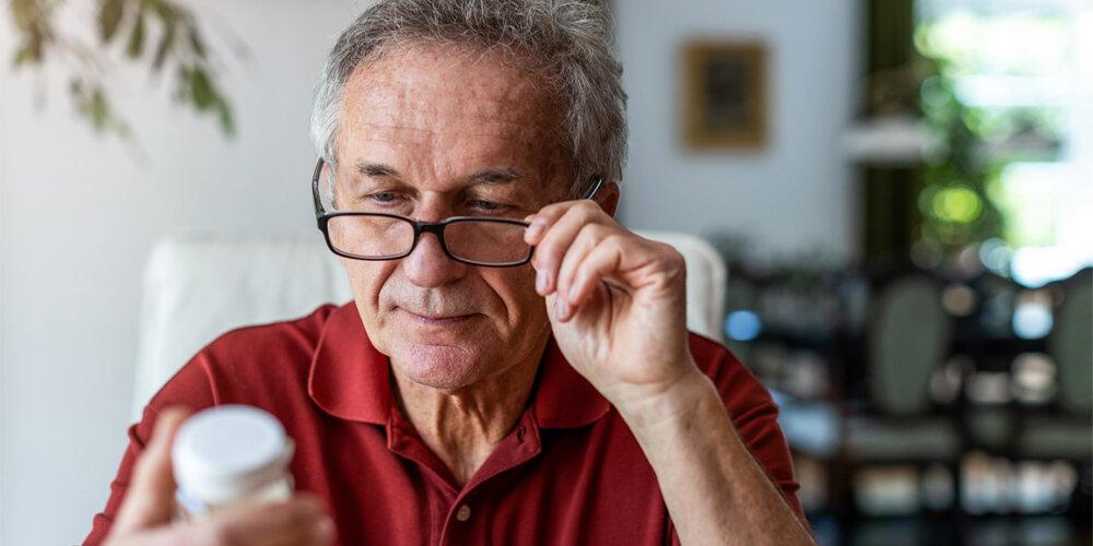 Retardtabletten Mann Senior Brille Kritisch Nachdenklich Betrachten Tabletten Pillendose Medizin Medikament