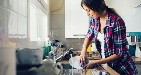 Frau in der Küche beim abwaschen