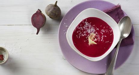 Rote Bete Suppe mit Ingwer und Kokosraspeln