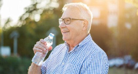 Seniorin mit Wasserflasche