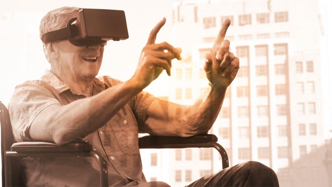 Senior mit AR Brille im Rollstuhl