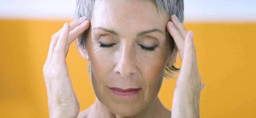 Frau hat Kopfschmerzen