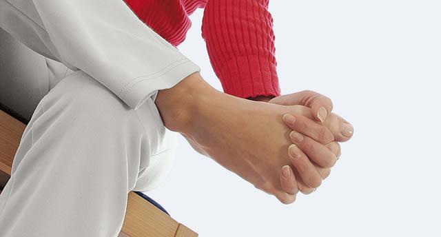 Fußgymnasik-Finger zwischen allen Zehen halten